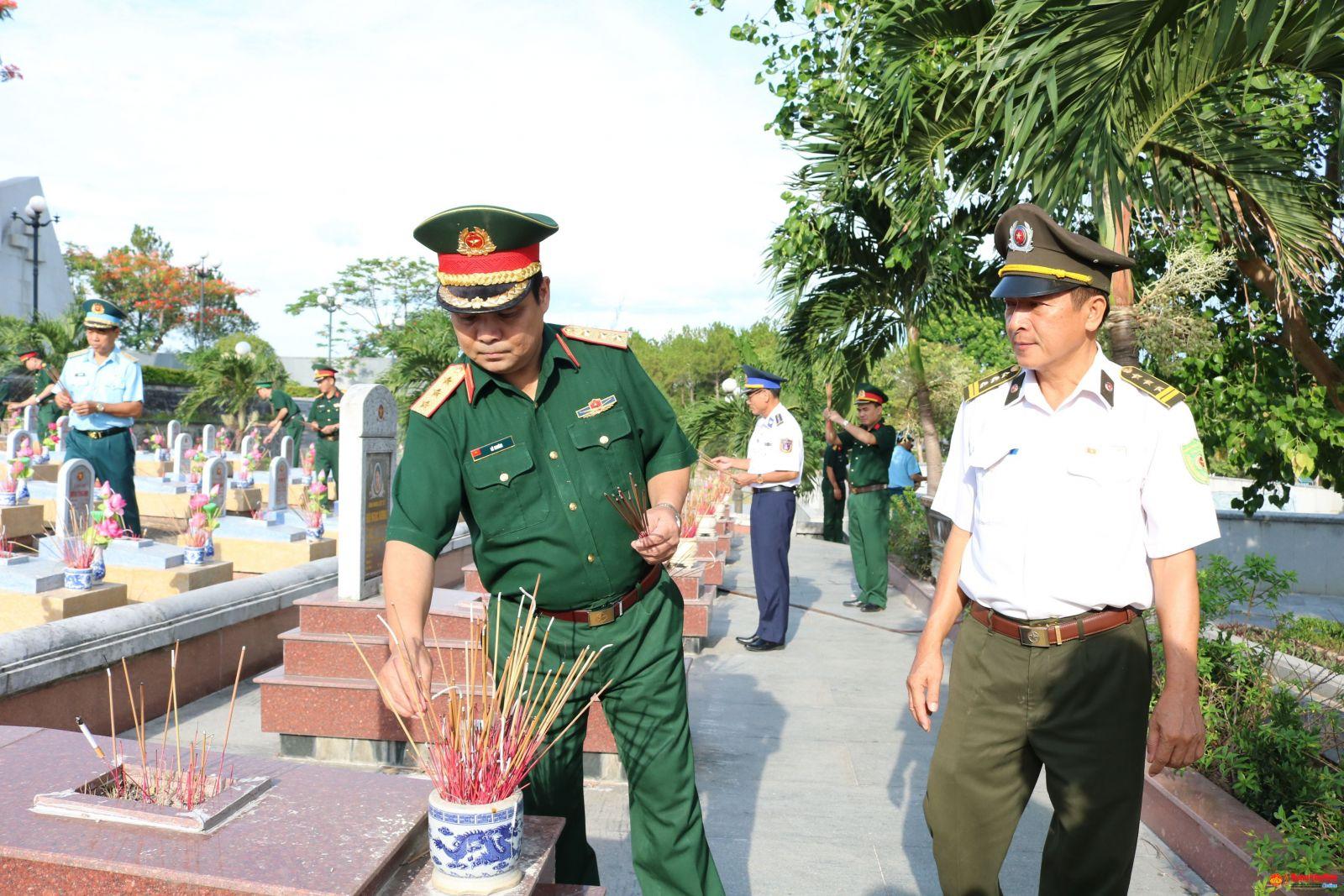 Thượng tướng Lê Chiêm, Thứ trưởng Bộ Quốc phòng: Thăm tặng quà các gia đình chính sách và viếng các Anh hùng liệt sỹ tại các nghĩa trang liệt sỹ tỉnh Quảng Trị.